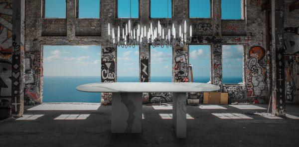Table à manger en marbre blanc dans un décor rural