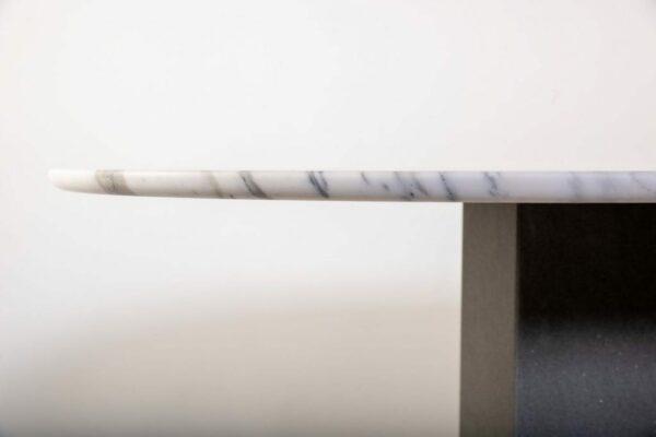 Bord du plateau d'une table à manger de forme oblongue
