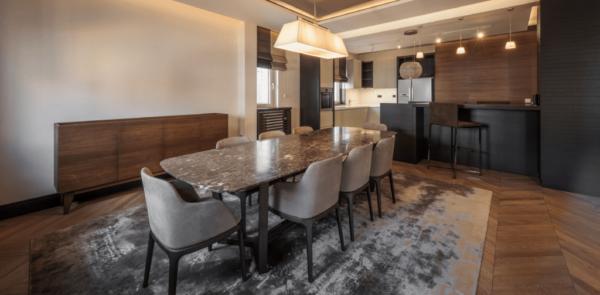 Salon chaleureux avec table à manger en marbre emperador